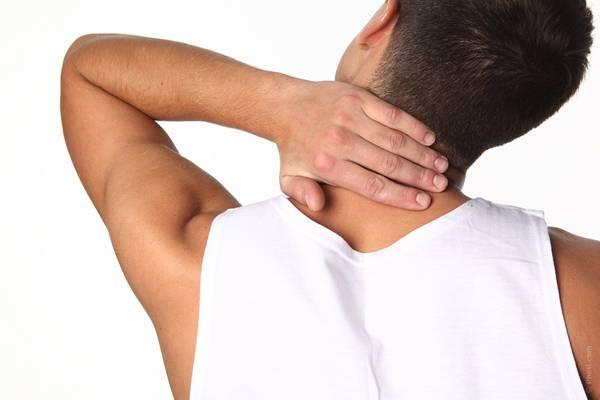uomo dolore collo