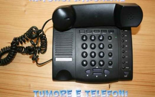 telefono con filo su tavolo