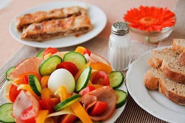 pane colazione insalata sale