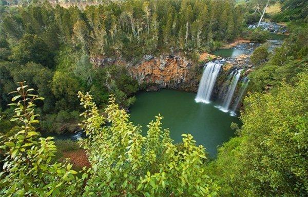 lago con cascata in bosco di montagna