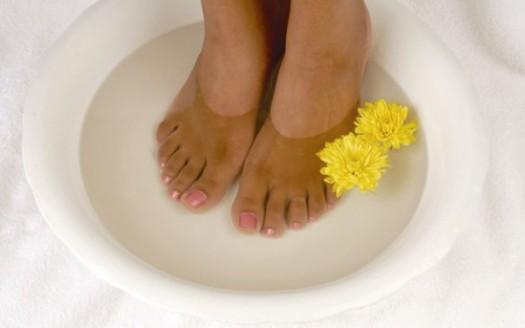 Piedi acqua e fiori