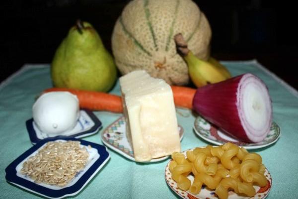 tavola apprecchiata con frutta, formaggio,pasta e verdura