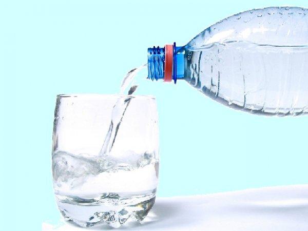 acqua dalla bottiglia al bicchiere