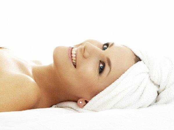donna sorriso asciugamani