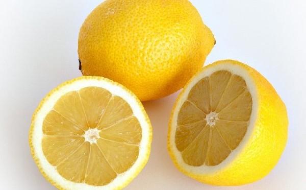 Acqua calda e limone: rimedio naturale del mattino