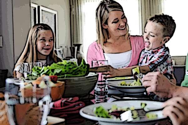 famiglia-tavola-mangiare