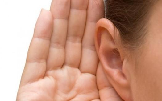 orecchio ascolto mano