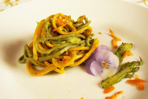 Tagliolini di Spirulina e Curcuma con crema di Asparagi al profumo di scorza d'Arancia