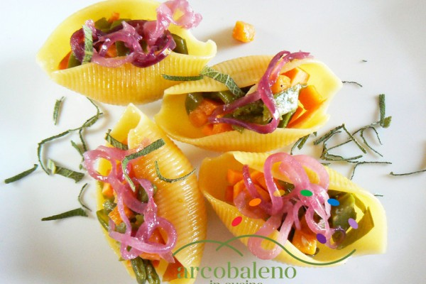 Conchiglioni-gluten-free-ripieni-con-Taccole-e-Batata-guarniti-con-Cipolla-Rossa-in-agrodolce-e