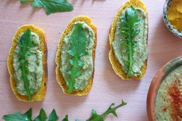 Hummus di ceci al tarassaco su pane alle spezie