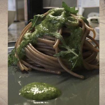 Spaghetti di segale con pesto di rucola e noci
